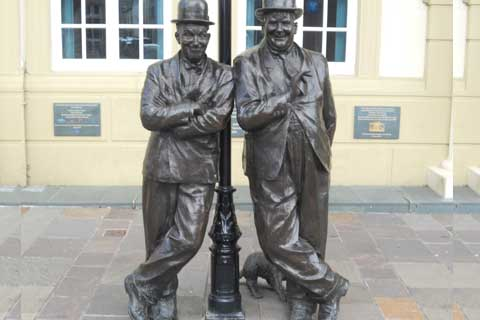 2017Hot Selling Bronze Street Art Sculptures with Two Bronze Man for Sale